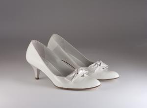Scarpa donna elegante da sposa e cerimonia  in vernice bianca con fiocco pelle Ferracuti cod.6101