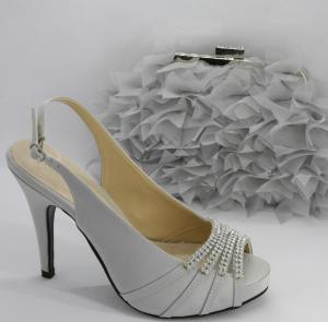Sandalo donna in tessuto con applicazioni in cristallo, cinghietta regolabile e pochette abbinata decorata con petali di tessuto dotata di catenella Art. BS254