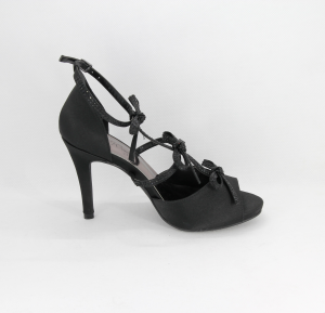 Sandalo donna elegante da cerimonia in tessuto di raso nero con fiocchetti e applicazione cristalli  con cinghietta regolabile  Art. Z600011