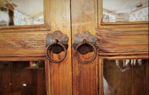 Angoliera vintage '800 in cedro proveniente dal pakistan