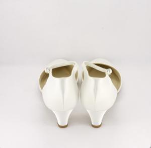 Scarpa sposa in tessuto di raso avorio con cinghietta regolabile alla caviglia.