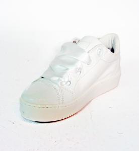 Sneaker bianca o nude con stringhe in raso Guess