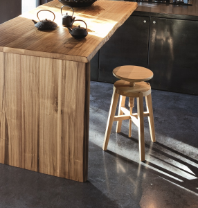 Sgabello in legno regolabile Move