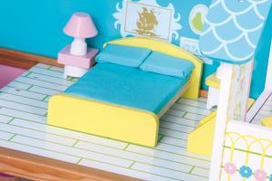 Casa delle bambole decorata con mobilio in legno giocattolo per bambine
