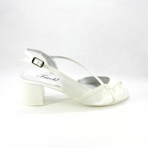 Sandalo cerimonia donna elegante in tessuto di raso  avorio con tacco largo e cinghietta regolabile.