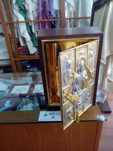 Tabernacolo da Mensa di grande capienza con cassa in legno e  Porta  di ottone bicolore blindata raffigurante Cristo in Trono con Evangelisti.