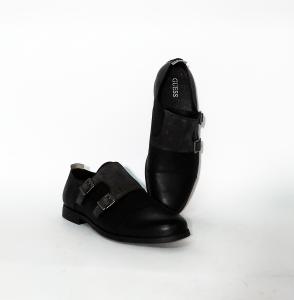 Scarpa nera con fibbie Guess