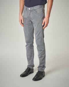 Pantalone cinque tasche grigio in cotone con toppa