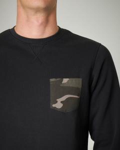 Felpa nera girocollo con taschino camouflage