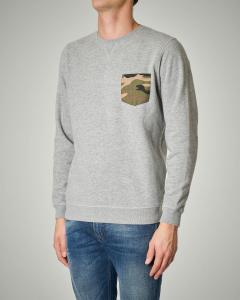 Felpa grigia girocollo con taschino camouflage