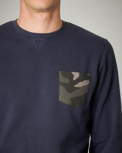 Felpa blu girocollo con taschino camouflage