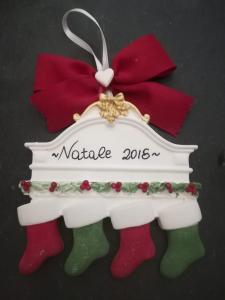 Tag Natalizia con calze colorate, personalizzabile, da appendere allìalbero di Natale