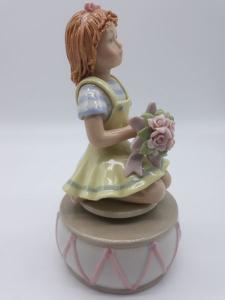 Carillon bimba con mazzo di fiori in ceramica, vendita on line | GIOIELLERIA BRUNI Imperia