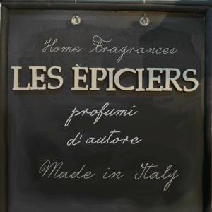 Contenitore in vetro color ambra in confezione con 2 profumazioni da 500 ml e bastoncini. Les Epiciers