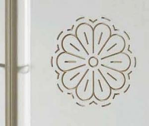 Cristalliera 3 porte in finitura laccato consumato con rosoni intarsiati