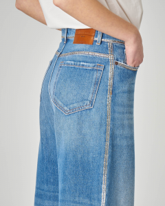 Jeans ampio con micro borchiette applicate