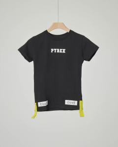 T-shirt nera con elastici e stampa sul retro