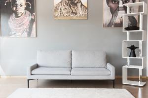 EWART - Coppia Divani con tessuto in pura lana vergine con piedini in ferro, cuscini in mollapiuma e inserto in memory - disegnato da Luca Scacchetti – Design vintage