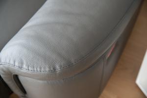 Divano angolare in pelle di colore grigio a 5 posti maggiorati con movimento relax elettrico, poggiatesta recliner manuali piedini cromati lucidi- angolo terminale curvo – Design moderno