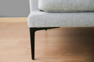 COLUMBAN Divano angolare in tessuto grigio chiaro in pura lana vergine a 5 posti e piedini in metallo neri – Design contemporaneo