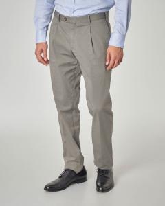 Pantalone tortora con una pinces