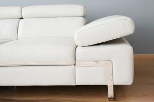 FERDIE Divano angolare in pelle o tessuto bianco a 6 posti maggiorati con poggiatesta recliner manuali piedini cromati lucidi – Design moderno