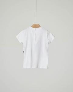 T-shirt bianca con gilet blu