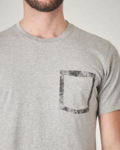 T-shirt grigia con taschino e contorno floreale