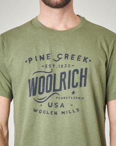 T-shirt verde militare con logo e scritte
