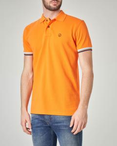 Polo arancione con bordino tricolore sulla manica