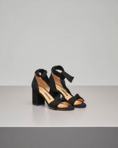 Sandalo in camoscio nero con tallone chiuso e fiocco alla caviglia