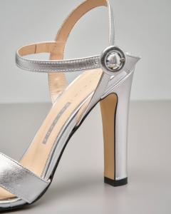Sandalo alto in pelle color argento effetto laminato con fascette incrociate