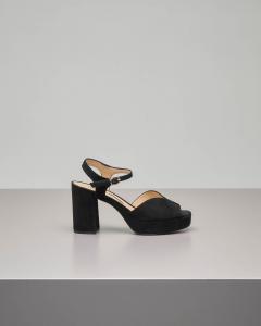 Sandalo plateau in camoscio nero con cinturino alla caviglia e fascetta a forma di cuore.