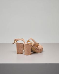 Sandalo plateau in camoscio color cipria con cinturino alla caviglia e fascetta a forma di cuore.