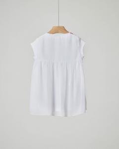 T-shirt bianca con stampa scarpette e fiori