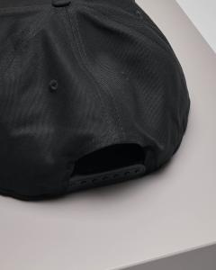Berretto nero con frontino e logo
