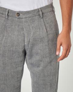 Pantalone in principe di Galles grigio con una pince in lino e cotone
