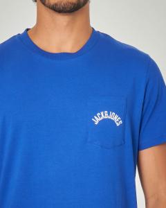 T-shirt blu royal con taschino e logo stampato