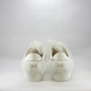 Sneakers sposa con dettaglio fiocco.