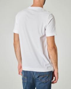 T-shirt bianca con patch nero e logo stampato