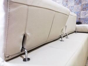 NANDY - Divano angolare destro in pelle pieno fiore colore grigio chiaro a 5 posti maggiorati con poggiatesta regolabili e piedini in ferro cromato lucido – Design moderno