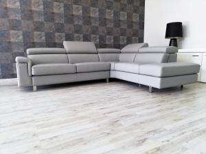 DOM Divano letto angolare in pelle grigio a 5 posti maggiorati con poggiatesta regolabili e piedini cromati lucidi – Design moderno
