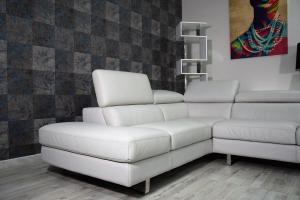 Divano angolare sx in pelle pieno fiore color grigio chiaro a 5 posti maggiorati con poggiatesta regolabili e piedini in ferro cromato lucido – Design moderno