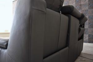 QUINTIN - Divano relax in pelle 3 posti di cui 2 con meccanismi recliner elettrici e poggiatesta regolabili e schienale alto