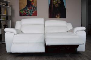 ODELL - Divano relax 3 posti in pelle di colore bianco con meccanismi recliner elettrici - schienale alto e poggiatesta imbottiti
