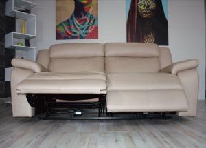 PROSPER - Divano relax in pelle color nocciola 3 posti Max con meccanismi recliner elettrici - schienale alto e poggiatesta con imbottitura morbida