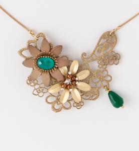 Collana girocollo in ottone galvanizzato con motivo floreale centrale