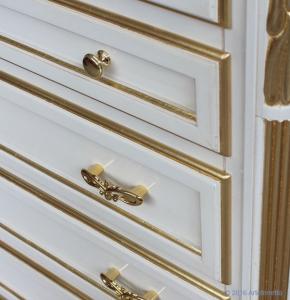 Cassettiera 7 cassetti laccata con dettagli in foglia