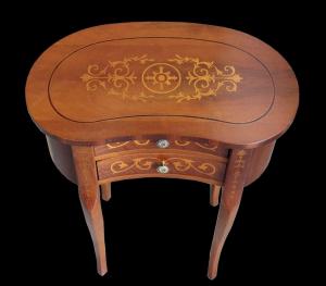 Tavolino a forma di fagiolo con intarsio