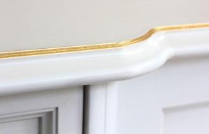 Credenza con decorazioni in foglia oro